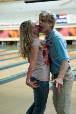Zombies (Michael Terry und Betsy Beutler) küssen sich in Wasting Away